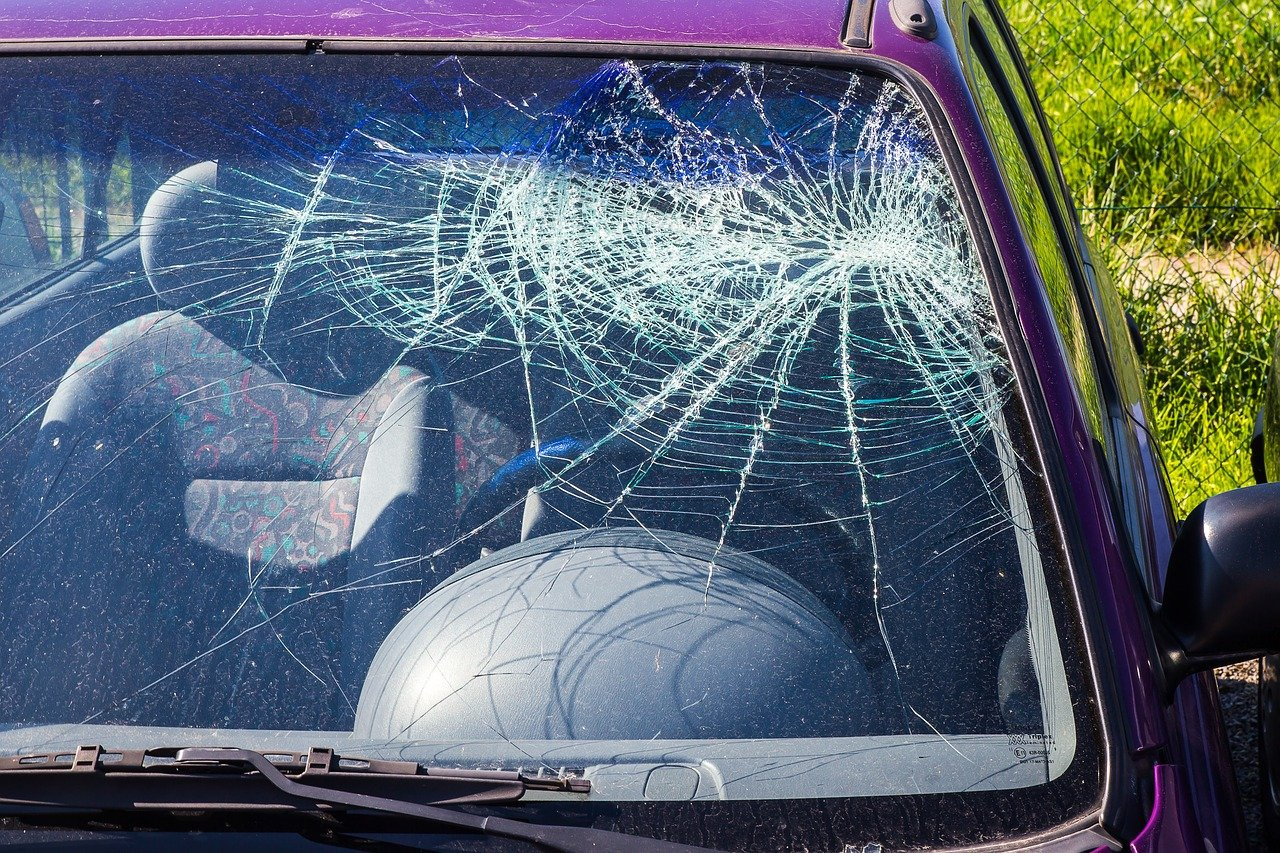 Ubezpieczenie szyby w samochodzie: co zawiera auto szyba?